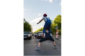 Foto Der Woche – Straßenkünstler bei einer Ampel in Berlin in Deutschland