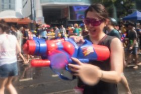 Video: Songkran Wasser Fest 2016 bei der Silom Road in Bangkok Thailand